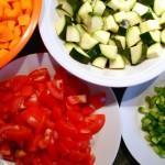 Gesunder und frischer Salat mit Dressing verfeinert