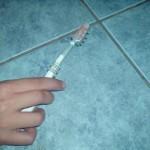 Fliesen reinigen mit einer Zahnbürste